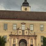 Das Haupttor des Stiftes mit Blick auf die frühgotische Portalnische der Kirche