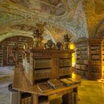 Die prunkvolle Stiftsbibliothek mit wertvollsten Büchern aus mehreren Jahrhunderten ist durch Fensterfolien lichtgeschützt.