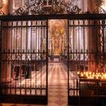 Die ehemalige dreischiffige Basilika mit Querhaus wurde im 17. Jahrhundert zu einer »Saalkirche« umgebaut.