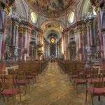 Die Kirche ist der zentrale Raum der barocken Klosteranlage und verbindet den Mönchstrakt im Süden mit dem Gäste- und Verwaltungstrakt im Norden.