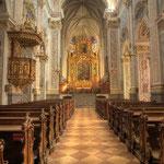 Das Zentrum der Klosteranlage bildet die dreischiffige Stiftskirche Mariä Himmelfahrt mit dem Altmann-Altar, geschaffen von M. J. Schmidt (1773).