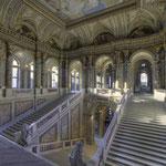 Die zwölf Lünetten des Stiegenhauses schmückte Hans Makart mit Darstellungen der großen Künstler Dürer, Holbein, Leonardo, Raffael, Michelangelo, Tizian, Rubens, Rembrandt, van Dyck und Velázquez