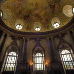 Bild rechts: Höhepunkt der Kaiserzimmer ist der Marmorsaal, der bei Abbruch der Bauarbeiten 1740 noch ein Rohbau war.