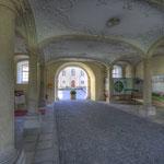 Die Klosterpforte vermittelt den Eindruck von Schutz und Geborgenheit.