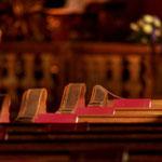 »Gottes Lob«-Gebetsbücher in der Nachmittagssonne
