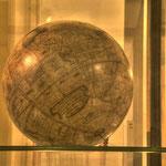 Der Schwerpunkt der Sammlung liegt bei den vor 1850 angefertigten Globen und globenverwandten Instrumenten.