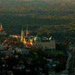Abendlicher Blick vom Leopoldsberg auf die Stadt Klosterneuburg, das Stift, die Donau und die ausgedehnten Donauauen.