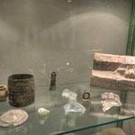 Im Refektorium, dem Speisesaal eines Klosters, wo bei der Einnahme des Essens geistliche Texte vorgelesen werden, sind in Glasvitrinen einige Funde aus dem freigelegten Kloster zu sehen.