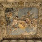 Die Kaiserstiege wird von einem Deckenfresco von Paul Troger gekrönt, das die Apotheose Karl VI. zeigt (d.h. die Erhebung eines Menschen zu einem Gott oder Halbgott)..