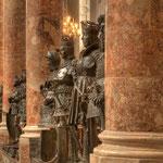 Sollten einmal zu Kanonenkugeln eingeschmolzen werden: die »Schwarzen Mander« in der Hofkirche.