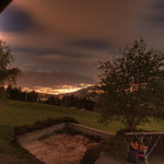 Ein Blick auf das nächtliche Innsbruck oberhalb von Mutters aus gesehen