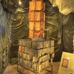 Der repräsentative und wunderschöne Kachelofen datiert in die Zeit um 1480 und wird originalgetreu wiederaufgebaut