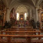 ... , wurde aber 1755 durch einen Altar nach dem Entwurf des Wiener Hofarchitekten Nicolaus Pacassi ersetzt.