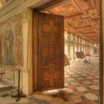 Beeindruckend sind die farbigen Einlegearbeiten der Holzdecke und  -türen von Conrad Gottlieb