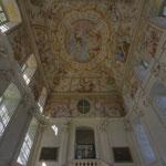 In der Vorhalle zur Bibliothek begegnet uns der Tiroler Künstler Johann Jakob Zeiller (geb. 1708 in Reutte), der ab 1742 die Kuppel künstlerisch ausmalte.