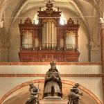 Der zum Hauptalter hin knieende Maximilian überragt auch aus Bronze gegossene Figuren, die die vier »Kardinaltugenden« darstellen.