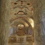 Um die Bestände der wertvollen Bibliothek vor Feuchtigkeit zu schützen, ist genau unterhalb eine Krypta im Stil des grotesken Barock entstanden.