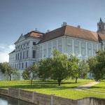 Die beeindruckende Ostfassade vom Wirtschaftshof aus gesehen