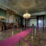 Im Audienzsaal fällt ein Baldachin auf, der – ursprünglich ein Bettbaldachin – zum Thronbaldachin umfunktioniert wurde.