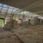 In einer rechteckigen, langgestreckten Ausgrabungsstätte sehen wir die Grundrisse der Schlafzellen der Mönche. Die Fensternischen wurden zum Teil geöffnet und verbinden Natur mit Architektur.