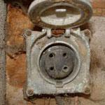 Ancienne prise de courant triphasée à usage industriel