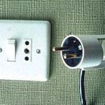 Non raccordement du conducteur de protection du cordon de l'appareil électrique.