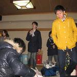 黄色の服で目立つ小田