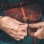 Einfache Gürtelschliesse aus Eisen, Tasche mit Taschenschliesse aus Bronze
