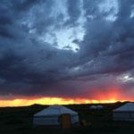 夜明け。すぐ朝日が雲に隠れてしまった。午前5時半。