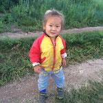 モンゴルのこどもは女の子は4歳まで、男の子は5歳まで髪を切らないという習慣があるので、小さい頃は見分けがつけにくい。