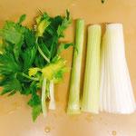 セロリは葉と茎を切り分けて、できれば筋をとります。