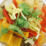 セロリの葉は一緒に煮ると葉の色が悪くなるので、煮ないで容器に入れるときに一緒にいれました。