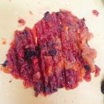 梅は梅肉を包丁で叩いてペースト状に。