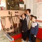 Заведующая музеем Фахрутдинова Лилия Ахметзакиевна ознакамливает учащимися с экспозициями музея. 2003г.