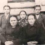 учителя Давлетшина Гульсум Г. и Исмагилова Сарва Г., учащиеся Ахметьянова Мунира, Ахметьянова Фануза, Кашфуллина Зияфат.1950г.