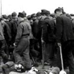 Лагерь Stalag (Шталаг) VI-C Витмаршен.   Съёмка 1944 года. Пленных ведут на работу.