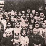 Учителя Бикмурзинской начальной школы Хубитов Фахретдин и Хубитова М.Х. с учащимисяё 1930г.
