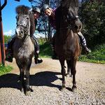 Emma och Amanda tränar unghästar