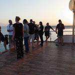 Sonnenuntergangs -Treffen auf dem Sonnendeck.