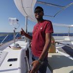 Kapitän Maher steuert die M/Y Ocean Window das erste Mal mit Gästen an Bord aus dem Hafen.