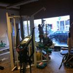 17.2.14: Erste Studioumbaumaßnahmen sind heute gestartet. Die Schreinerei GKL tauscht das alte Kunststoffkreuzfenster gegen ein vollflächiges Schaufenster - gleich viel mehr Licht