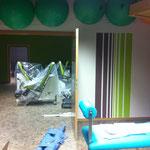 24.02.14: mein Stiefvater, unser fleissiger Hausmeister (oder auch Dogder Daniel Düsentrieb) installiert heute die neuen Vorhangsysteme. Es ist kniffliger als gedacht, aber es klappt. Wenn es fertig ist am Mittwoch passts. Auch die Malerarbeiten sind bere