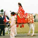 白馬に乗る花巫女