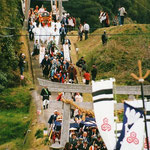 田耕神社を出る行列