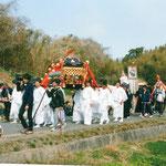 街道を行く神輿