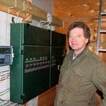Lorenz Pralle vor der Steuereinheit in der Kartoffel-Kühlhalle.