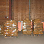 Die ersten Kartoffeln sind bereits auf Paletten abgepackt und stehen zur Abholung bereit.