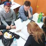 Stanislav, Lukas, Sibel und Lisa kümmern sich um die Durchführung der Befragung der Schüler an der B14.