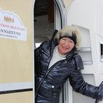 Inge Polz am Rennleiterwohnwagen