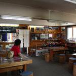 休憩舎の内部。軽食・喫茶がとれ、良質な土産物も豊富